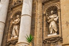 Statua sulla facciata della chiesa della cattedrale di Palermo Bello tempio italiano fotografie stock