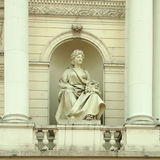 Statua sulla facciata della costruzione Fotografia Stock Libera da Diritti