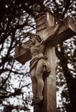 Statua sulla tomba nel vecchio cimitero Immagine Stock Libera da Diritti