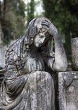 Statua sulla tomba nel vecchio cimitero fotografie stock