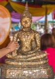 Statua tailandese della copertura di tradizione di Buddha con la foglia di oro e le mani w Fotografie Stock Libere da Diritti
