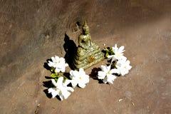 Statua Tajlandzki Buddha w medytaci pozie z białymi kwiatami obrazy royalty free