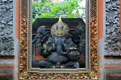 Statua in tempio da ubud immagini stock