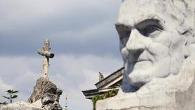 Statua in un cimitero sul cielo archivi video
