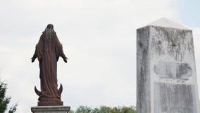 Statua in un cimitero sul cielo video d archivio