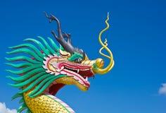 Statua variopinta del drago con cielo blu Fotografia Stock