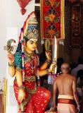 Statua variopinta disposta nell'entrata del tempio di Sri Mariamman, il più vecchio tempio indù in Singapour Fotografia Stock