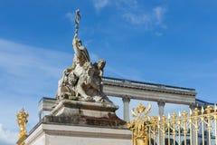 Statua vicino all'entrata del palazzo Versailles a Parigi, Francia Fotografie Stock