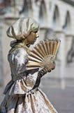 Statua vivente - ragazza con un ventilatore Immagini Stock
