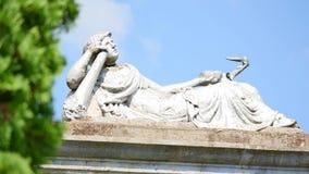 Statua w cmentarzu z chmurami zbiory