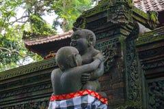 Statua w Hinduskiej świątyni w Ubud małpy lesie zakrywającym mech, Bali wyspa, Indonezja zdjęcie royalty free