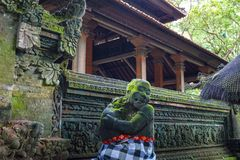 Statua w Hinduskiej świątyni w Ubud małpy lesie zakrywającym mech, Bali wyspa, Indonezja zdjęcie stock