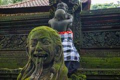 Statua w Hinduskiej świątyni w Ubud małpy lesie zakrywającym mech, Bali wyspa, Indonezja fotografia stock