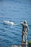 Statua w ogródach ono wpatruje się przy jeziorem Isola Bella, macha Fotografia Royalty Free