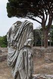 Statua w Ostia wśród ruin Obrazy Royalty Free