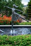 Statua w pomnika kwiatu ogród zdjęcia stock