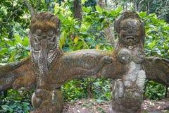 Statua w Ubud małpy lesie zakrywającym mech, Bali wyspa, Indonezja zdjęcia stock