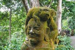 Statua w Ubud małpy lesie zakrywającym mech, Bali wyspa, Indonezja obrazy royalty free