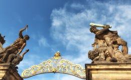 Statua Walczący gigant nad grodowy bramy wejście Magistrali en Fotografia Royalty Free