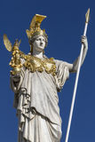 Statua Wiedeń, Austria przy parlamentów budynkami - Zdjęcie Royalty Free