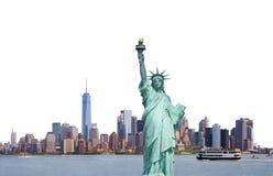 Statua Wolności, linia horyzontu Miasto Nowy Jork odizolowywał na białych półdupkach Zdjęcia Royalty Free
