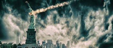Statua Wolności niszcząca meteorem | Nowy Jork miasta apokalipsa Zdjęcie Stock