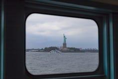 Statua Wolności obramiająca w okno widzieć od Staten Island promu jak zdjęcia royalty free