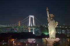 Statua Wolności z tęcza mostem, Tokio wierza Cit i Tokio, Obraz Royalty Free