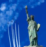 Statua Wolności w niebieskiego nieba tle Obrazy Stock