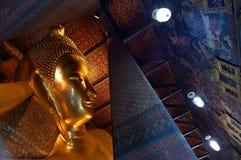 Statua złoty Buddha i tajlandzki pianting w Bangkok Zdjęcie Royalty Free