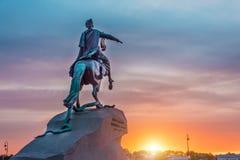 Statua zabytek Peter 1, Brązowy jeździec w Petersburg przy zmierzchu wieczór niebem Fotografia Stock
