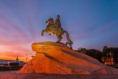 Statua zabytek Peter 1, Brązowy jeździec w Petersburg przy zmierzchu wieczór niebem Obrazy Royalty Free