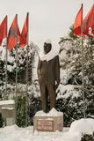 Statua zakrywająca z śniegiem Luigj Gurakuqi - albanian polityk i pisarz obrazy royalty free