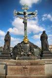 Statuario dell'incrocio della st con il calvario su Charles Bridge Ka immagine stock libera da diritti