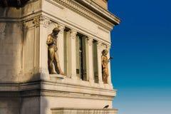 Statuarisch auf Gebäude in Buenos Aires stockfotos