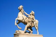 Statuarischer Mann mit Pferd Stockfotografie