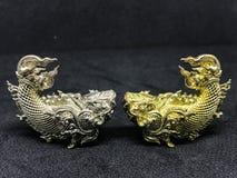 Statuarycznego pasiastego Tajlandia złota i srebna ryba Zdjęcia Stock
