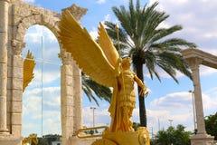 Statue à ailes d'or de centurion Photographie stock libre de droits