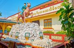 Statue équestre dans le monastère de Kha Khat Waing Kyaung, Bago, Myanmar photos libres de droits