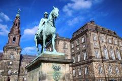 Statue équestre de chrétien IX près du palais de Christiansborg, Co images stock