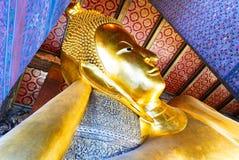 Statue étendue d'or de Bouddha et architecture thaïlandaise d'art Image stock