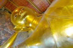 Statue étendue d'or de Bouddha et architecture thaïlandaise d'art Photo libre de droits