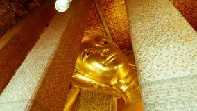 Statue étendue d'or de Bouddha et architecture thaïlandaise d'art Images libres de droits