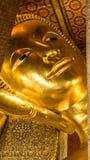 Statue étendue d'or de Bouddha et architecture thaïlandaise d'art Photographie stock