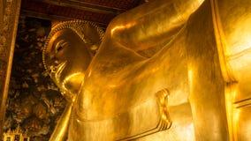 Statue étendue d'or de Bouddha et architecture thaïlandaise d'art Photos libres de droits