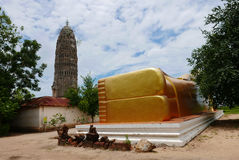 Statue étendue d'or de Bouddha et architecture thaïlandaise d'art en Wat Aranyikawat, Ratchaburi, Thaïlande Image stock