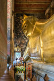 Statue étendue d'or de Bouddha Wat Pho, Bangkok Photographie stock libre de droits