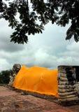 Statue étendue de Bouddha couverte de toile orange, Thaïlande Photo libre de droits