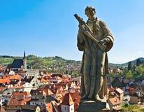 Statue über einer Stadt (Äeskà ½ Krumlov) Stockfoto