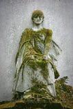 Statue abgedeckt mit Moos Stockbild